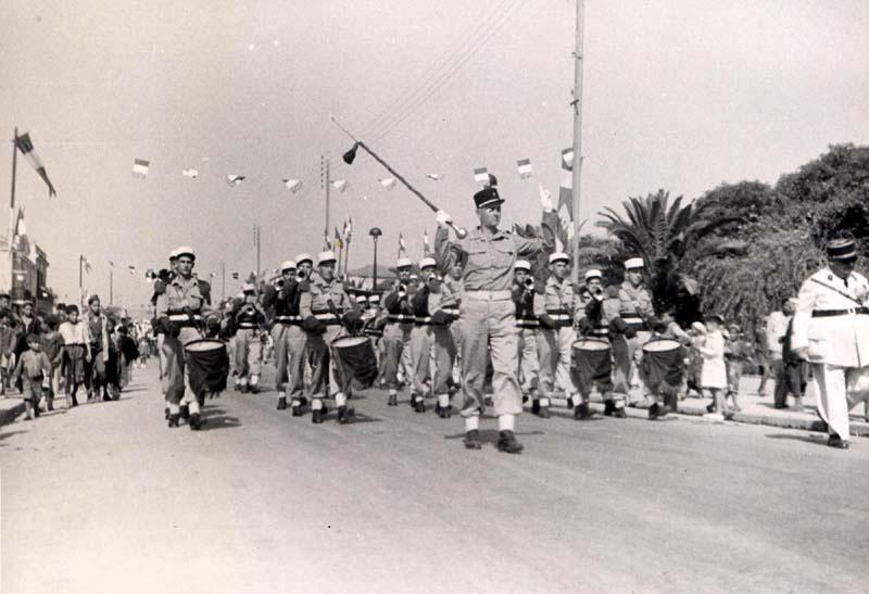 La musique principale de la légion étrangère défile dans les rues